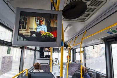 Mediamotion - A villamoson elhelyezett LCD monitoron nézik a reklámokat, hirdetéseket az utazók.
